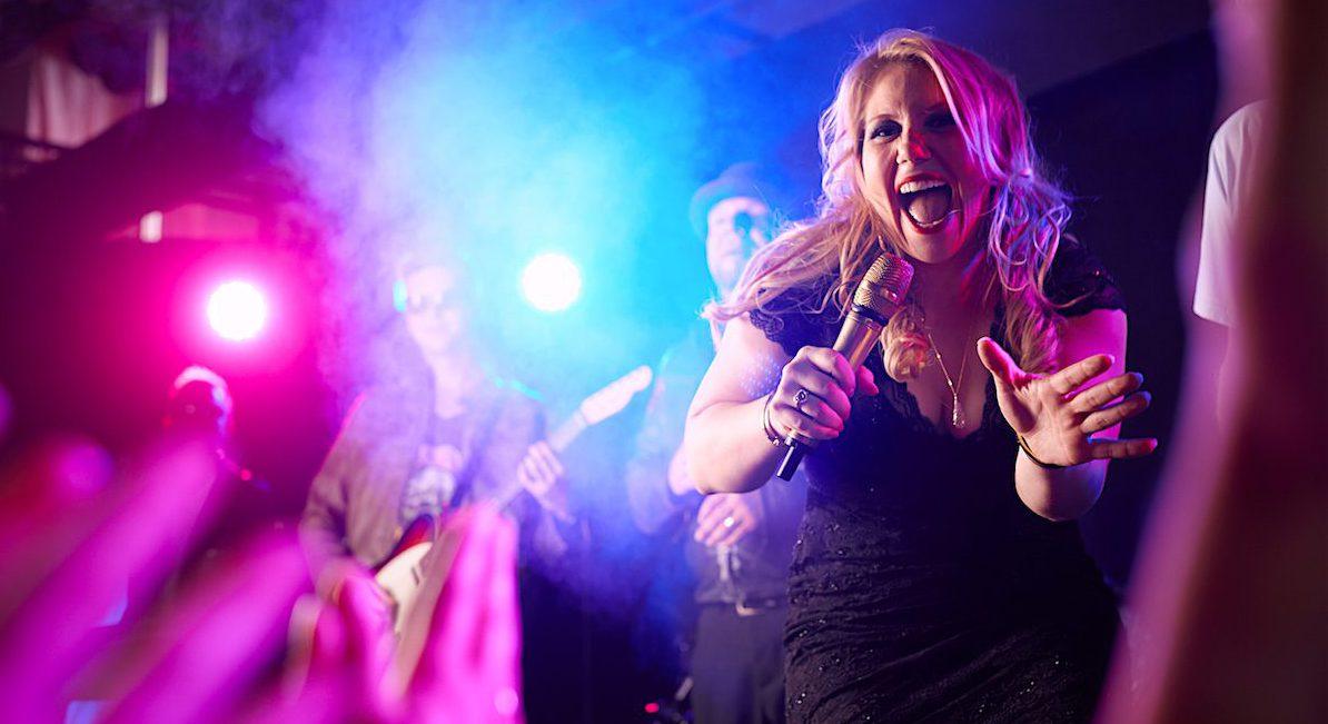 Melly von PLANET Partyband Hamburg LIVE, Partyband Schleswig-Holstein, Partyband Niedersachsen, Partyband Bremen, Partyband für Silvester, Coverband, Liveband, Tanzband Silvester, Tanzband für Silvester